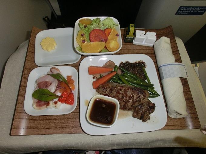 ハワイ行きの飛行機で機内食を食べるかいつも迷う件